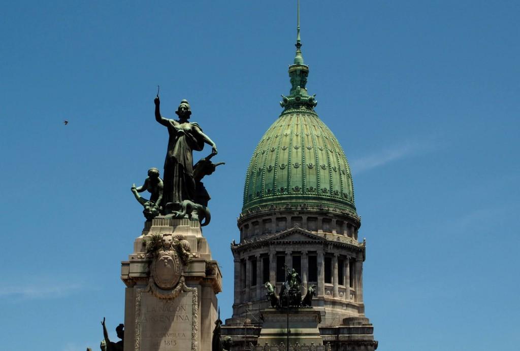 Парламент - купол и статуя