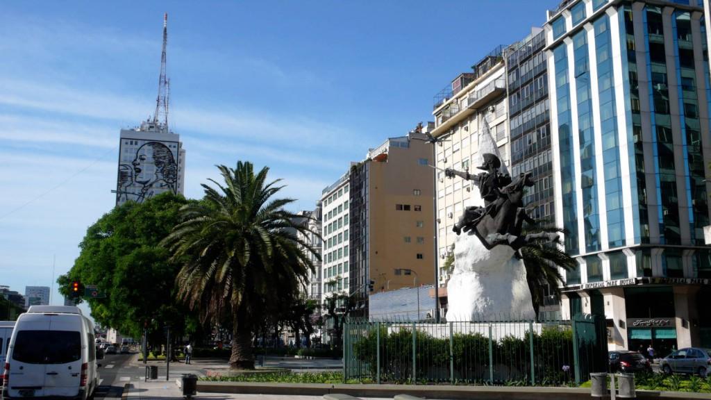 Высотка с портретом Эвиты и памятник Дон Кихоту