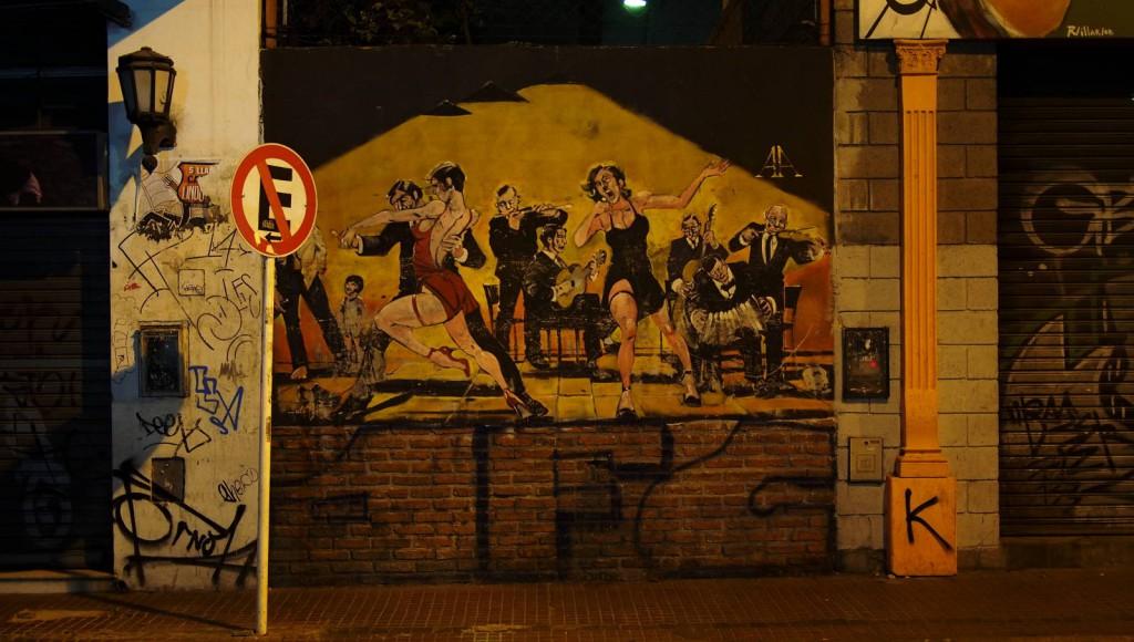 Граффити ночью в районе Сан Тельмо