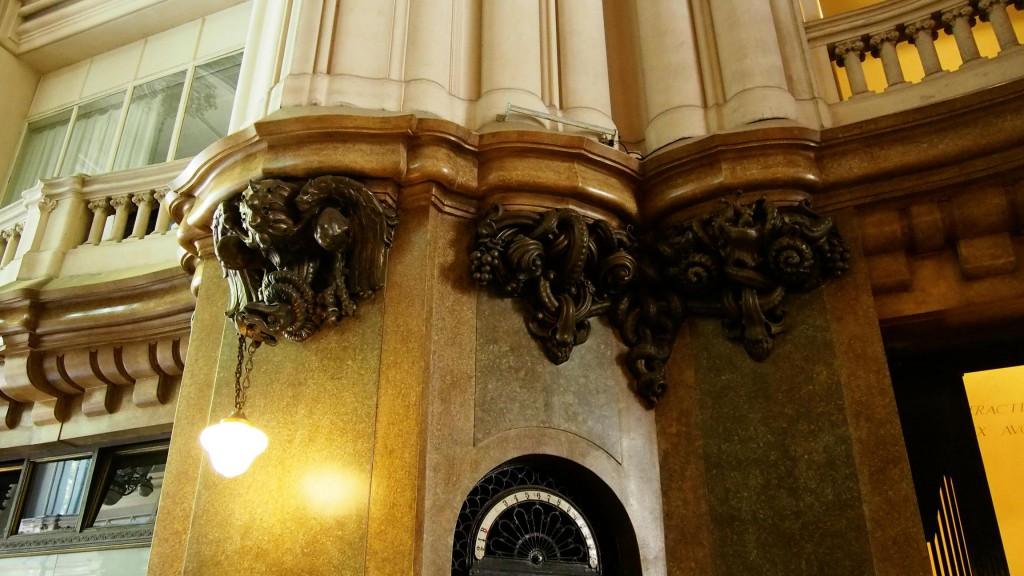 Паласио Бароло - бронзовая лепнина в холле