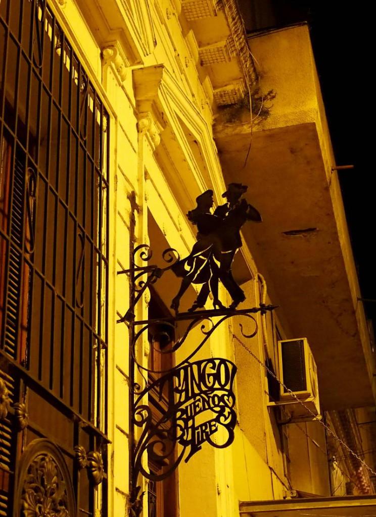 Сан Тельмо - вывеска ночью