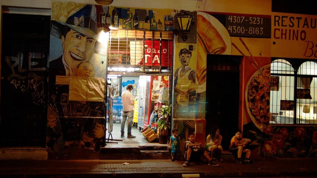Сан Тельмо - вход в ночной магазин