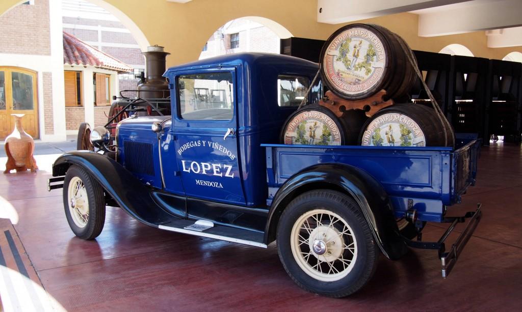 Антикварный грузовичок Форд с бочками бодеги Лопес