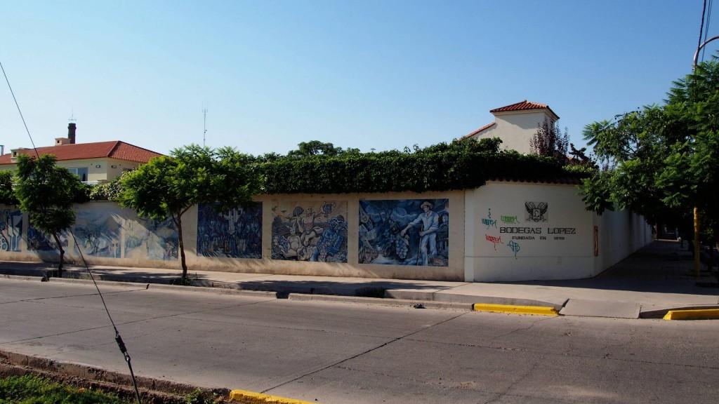 Угол бодеги Лопес с граффити