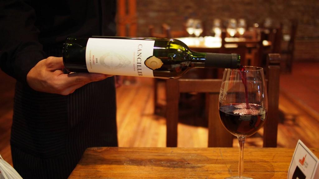 Так разливают вино по бокалам