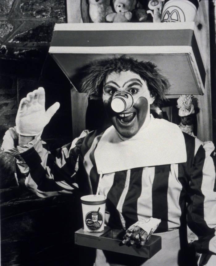 Так выглядел самый первый клоун Рональд Макдональд. Вместо клоунского носа - стаканчик для молочного коктейля.