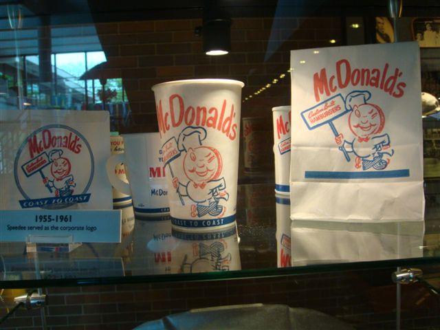 В музее Макдональдса. Первые фирменные стаканчики и пакеты.