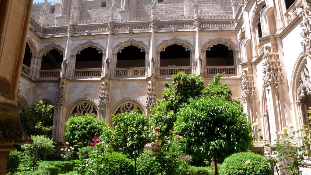 Внутренний двор королевского монастыря Сан Хуан де лос Рейес