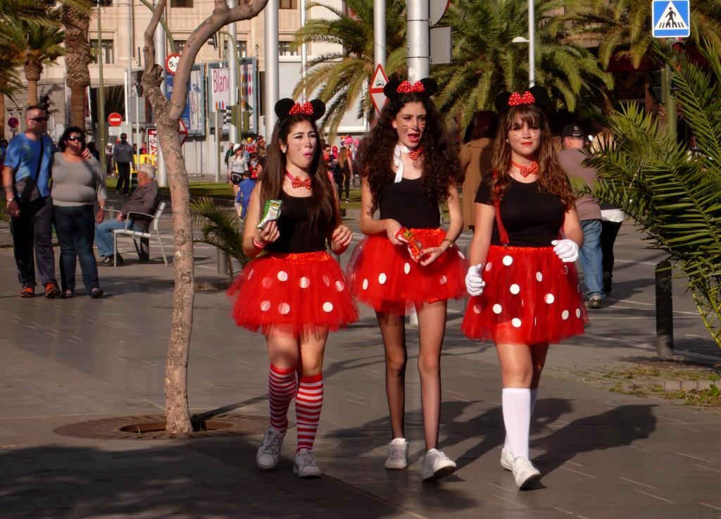 Дневной карнавал - три девицы.