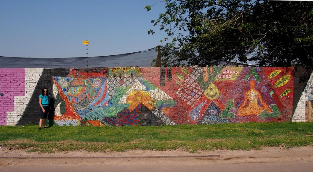 Целая стена выложена мозаикой из... бутылочных пробок.