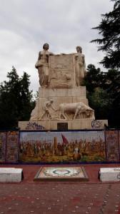 Скульптуры на площади Испании навевают воспоминания о ВДНХ.