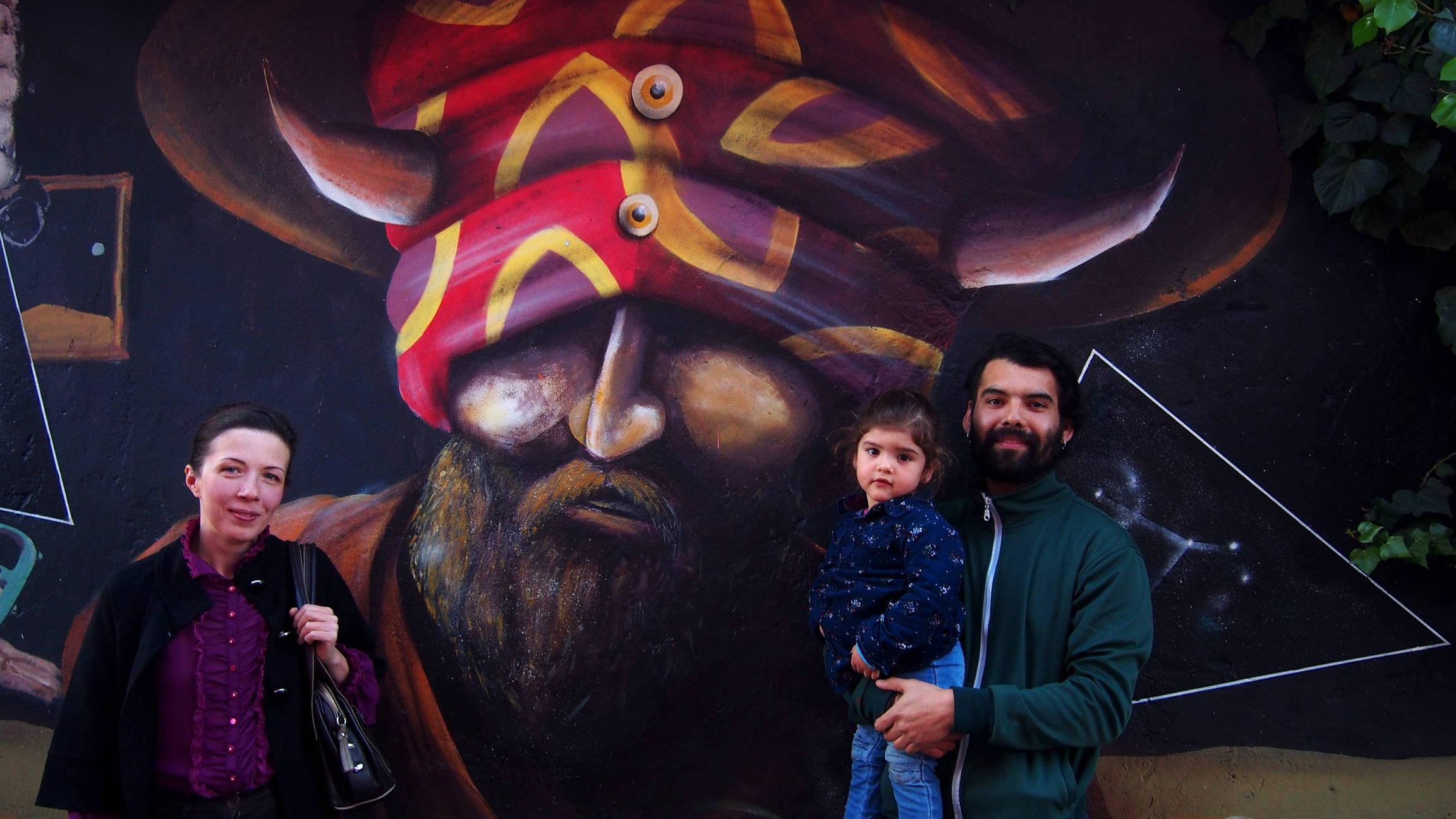 Родриго с Оливией и я на фоне только что завершенного граффити.
