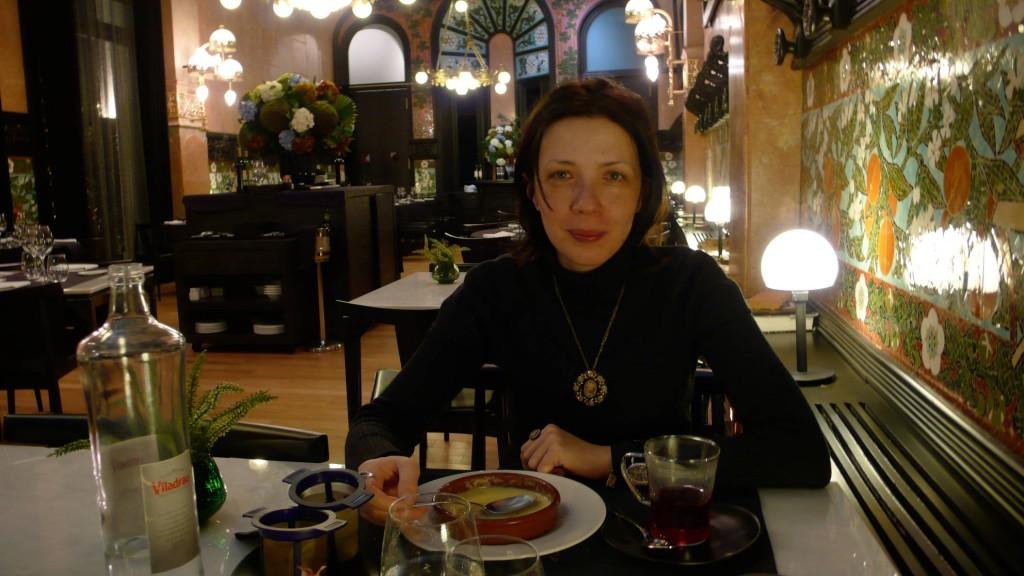 В Барселоне, на родине каталонского крема. Ем в ресторане крема каталана. Правда, карамельную корочку уже съела.)