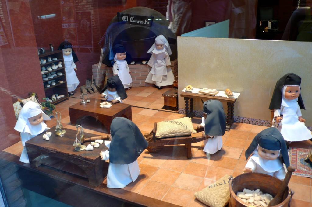 В старинном испанском городе Толедо (город-сказка, который непременно нужно посетить) на одной из улиц мы увидели такую витрину. Это уютная кондитерская, где выпечку и десерты готовят монашки.