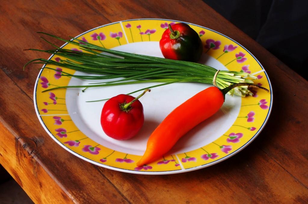 Лук-резанец, стручковый перец. Красные круглые плоды - это вовсе не яблоки, а разновидность острого перца рокото (rocoto).