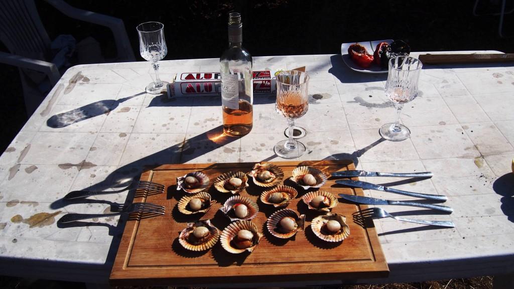 Пока готовится лосось и овощи, начинаем с устриц. На столе - розовое вино.
