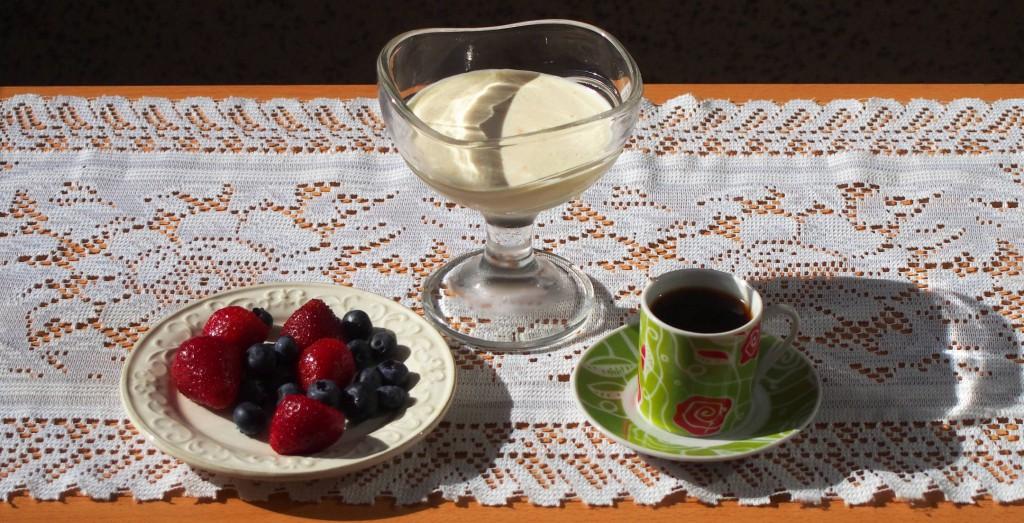 Холодное, тающее, нежное... В жару часто хочется съесть мороженое. Но помимо мороженого, можно приготовить легкий и питательный творожный крем.