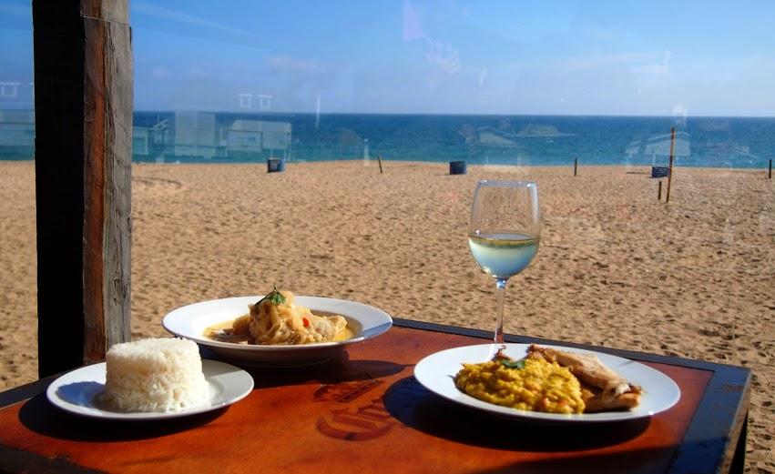 В наши дни в большинстве ресторанов подают белый рис. Если вы хотите похудеть или заботитесь о здоровье, готовьте дома бурый рис, а белый рис можете взять в ресторане.