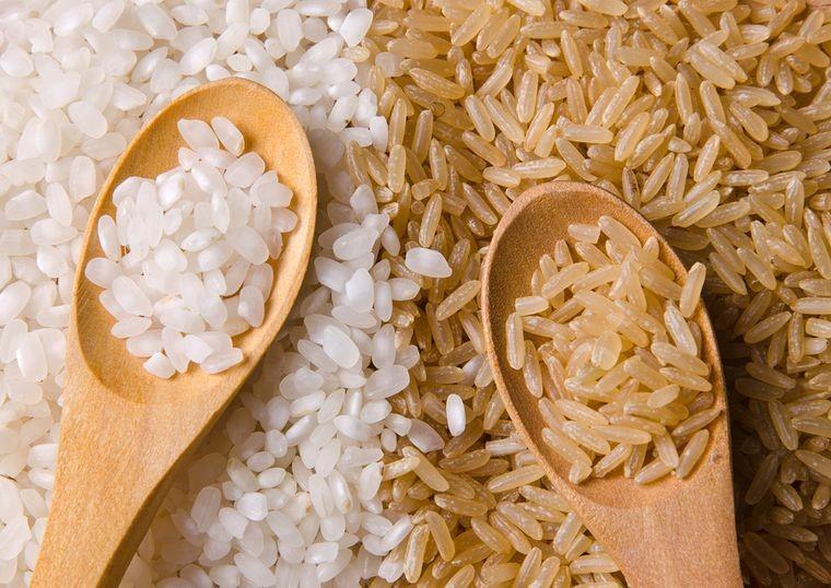 Разница между белым и бурым рисом не только в цвете. Бурый рис - это ценный продукт питания, а белый - всего лишь источник быстрых углеводов.