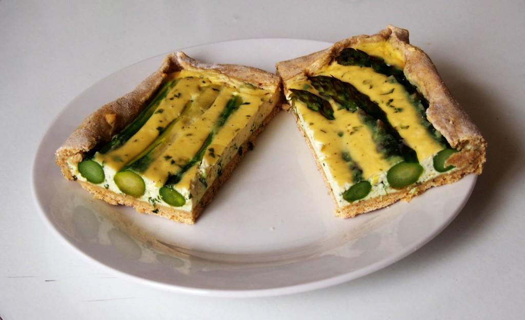 Пирог готов! Теперь его нужно посыпать острым тертым сыром (например, пармезаном) и подавать на стол.