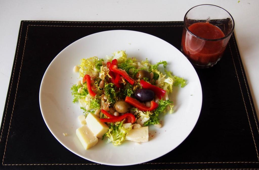Салат с фасолью можно приготовить за 10 минут.