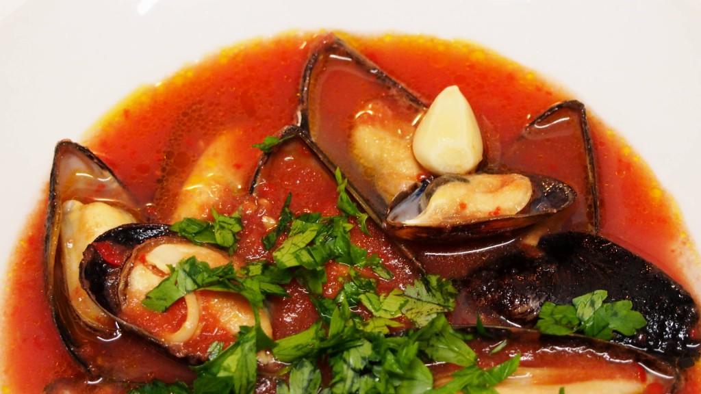 Из спелых томатов и красного болгарского перца получается такой яркий и вкусный суп.