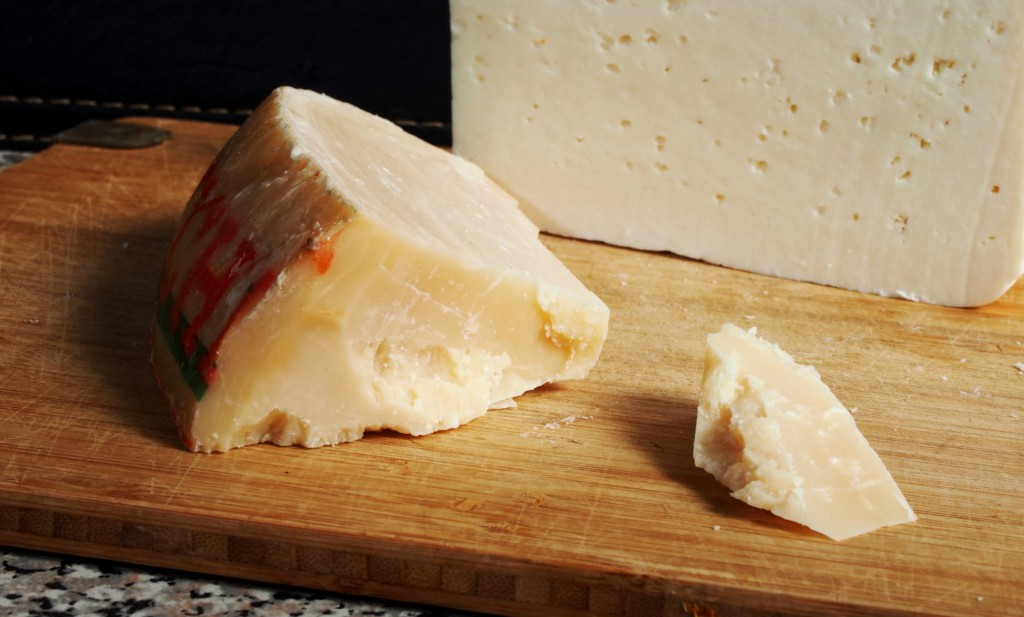 Козий сыр (белого цвета) и сыр проволоне (выдержанный сыр с ярким насыщенным вкусом, похож на пармезан). Я его использую как замена пармезану.