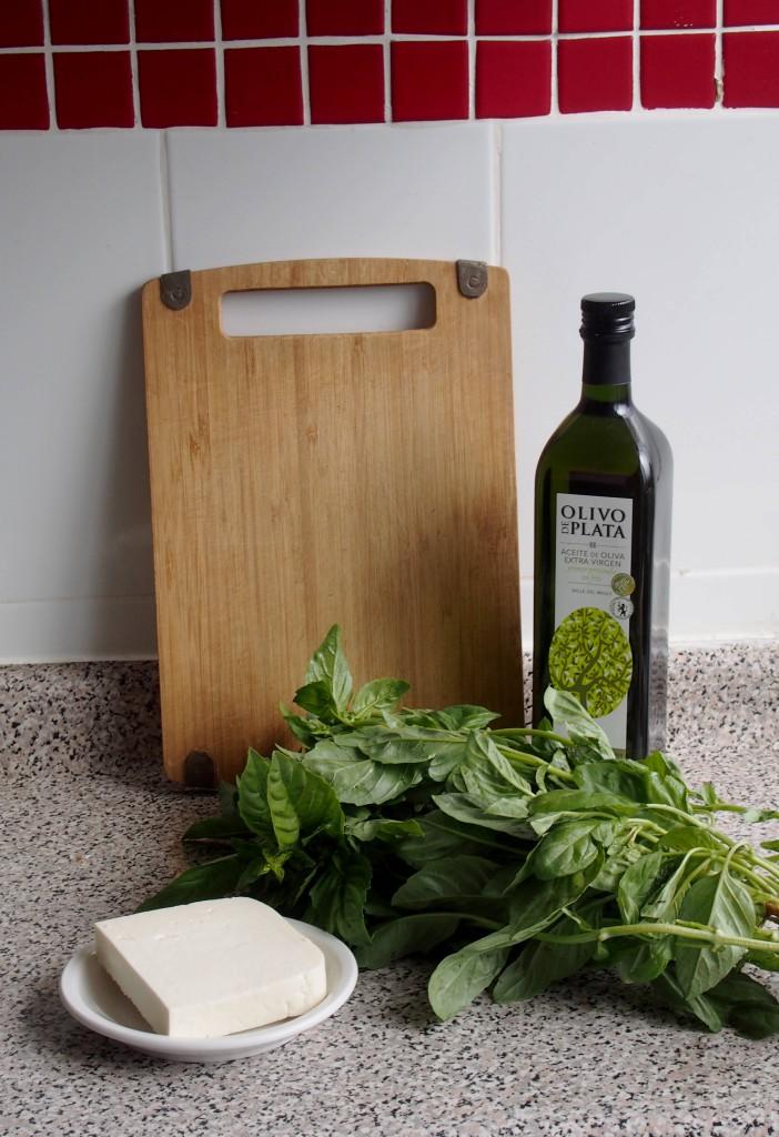 Чтобы сохранить вкус и аромат базилика, можно приготовить соус. Состав прост - базилик, козий сыр и оливковое масло.