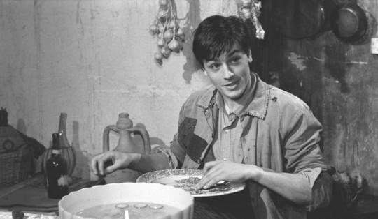 """Главный герой (Рокко) фильма """"Рокко и его братья"""" в исполнении Алена Делона как раз перебирает чечевицу."""
