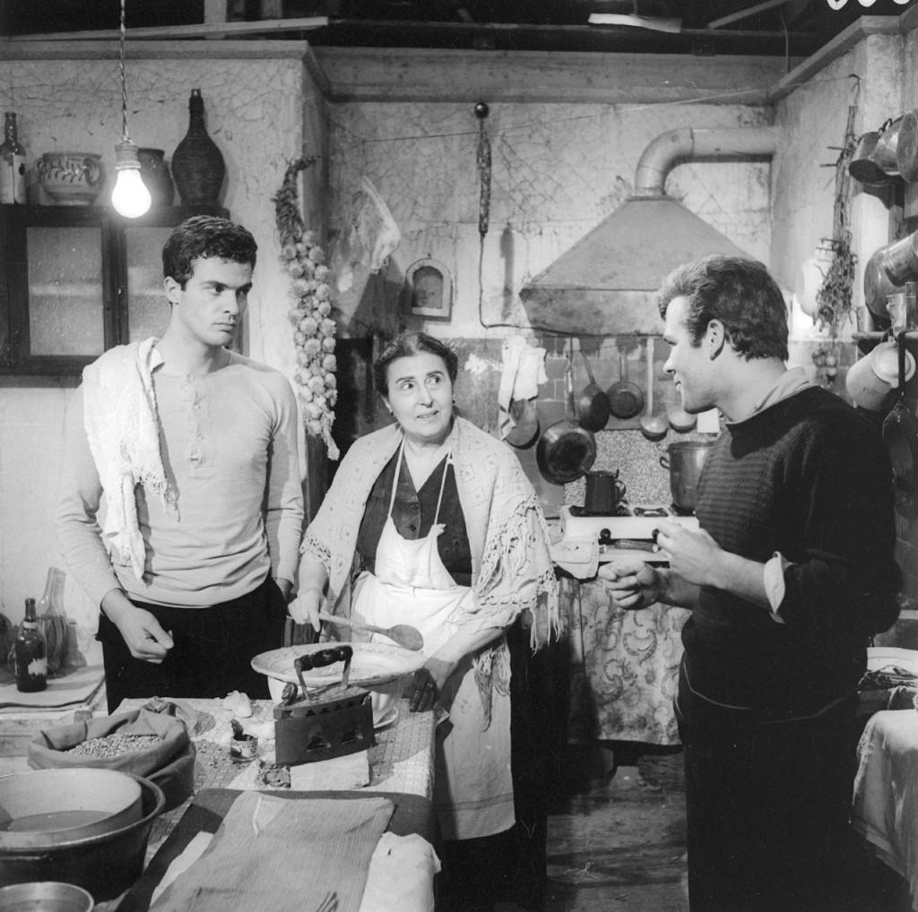 """В итальянских семьях ели чечевицу.  На столе - мешок чечевицы. Кадр из знаменитого фильма Лукино Висконти  """"Рокко и его братья"""""""