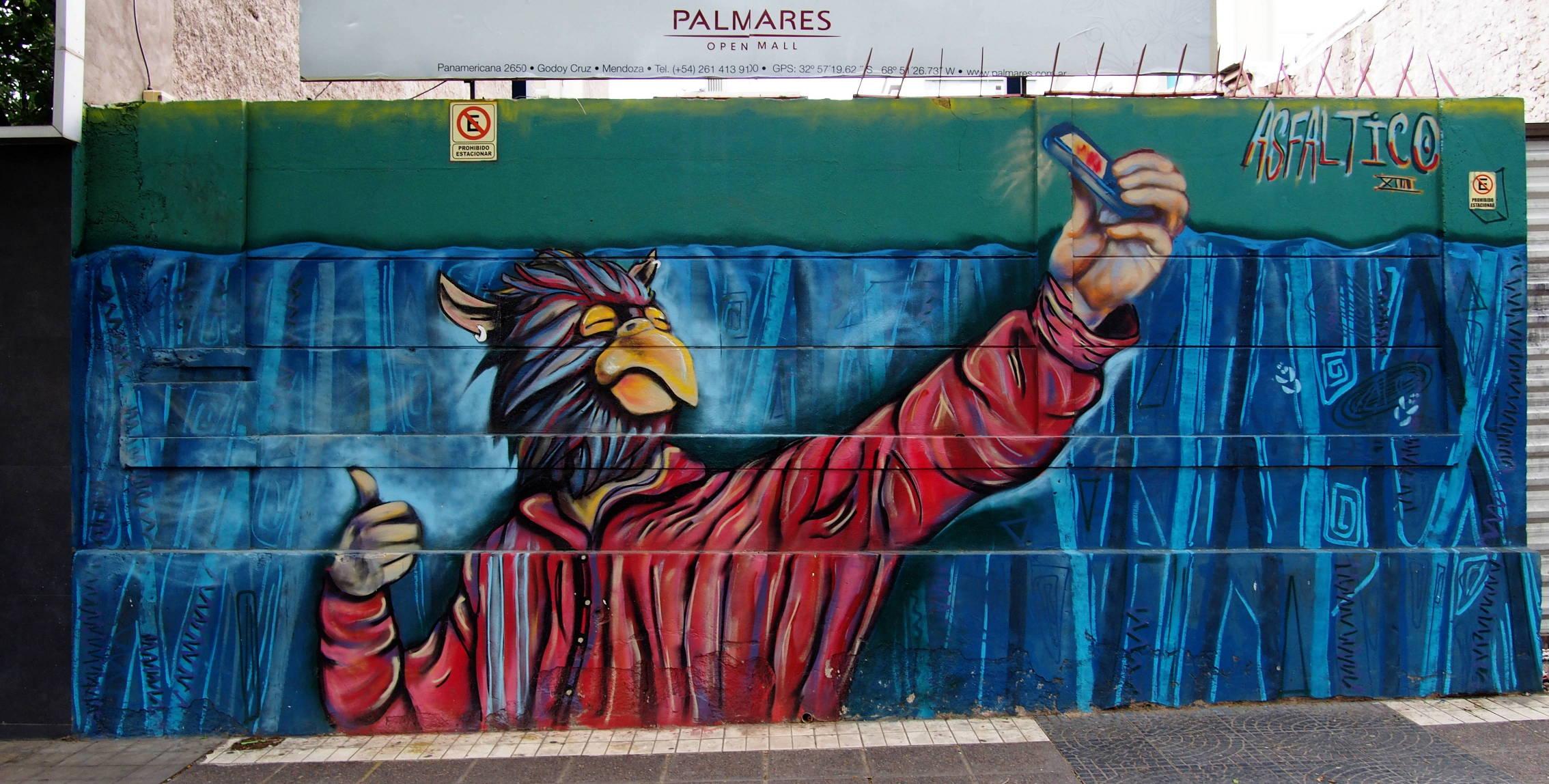 """Антропоморфный орел на стене делает, как модно говорить, """"селфи"""" мобильным телефоном."""